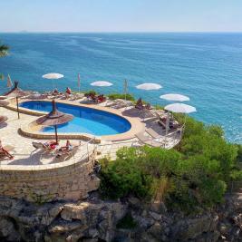 Photographie aérienne de la piscine de l'hôtel Montíboli