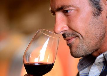 Catar un vino tinto