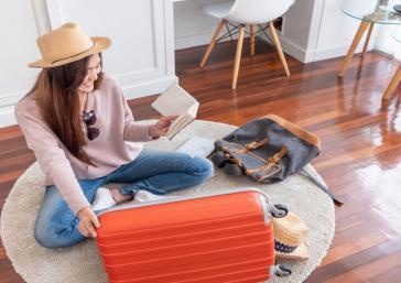 Mujer ultimando los detalles de su maleta