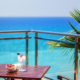 Cocktail sur la terrasse de l'hôtel Montíboli