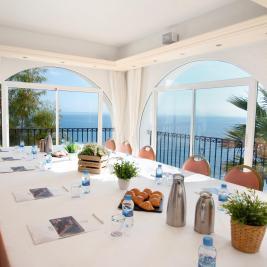 Salon panoramique avec vue sur la mer