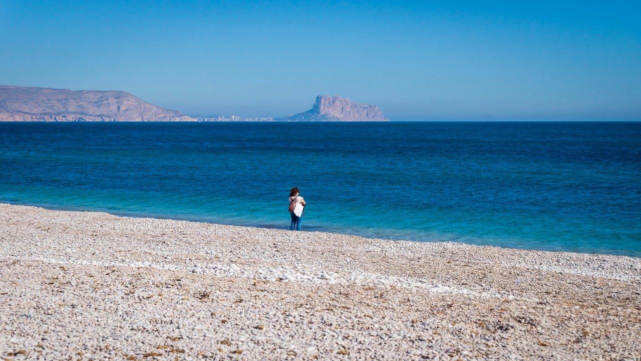 Playa de piedras y arena blanca