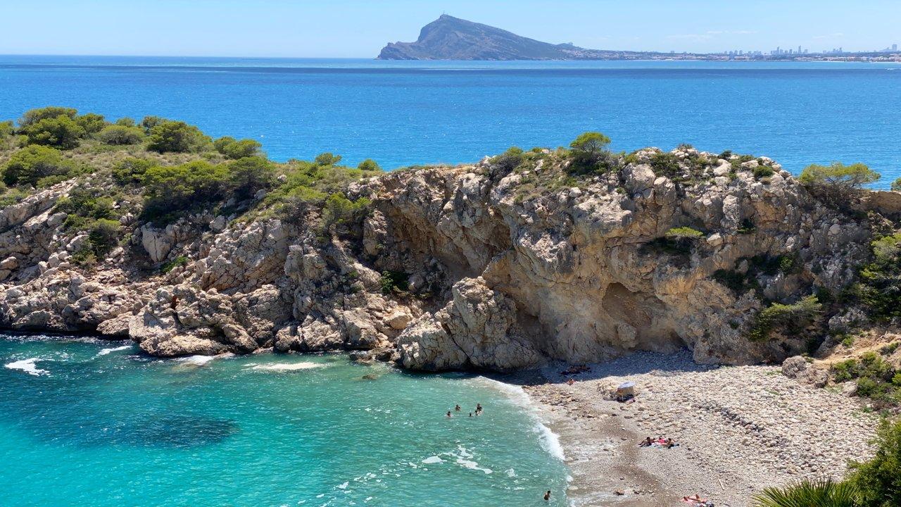 Una lengua de tierra separa la playa del mar abierto